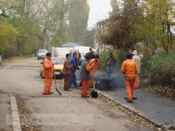 Productivitatea muncii în Galaţi: 9 muncitori, trei lopeţi şi o singură roabă