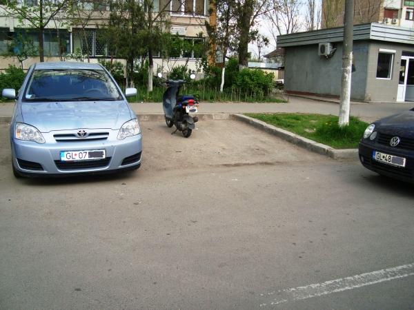 Cum se parchează un scuter într-un oraş fără locuri de parcare, cum este Galaţiul