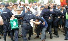 Prefectul Cosmin Păun fugărit de pensionari pe treptele Prefecturii