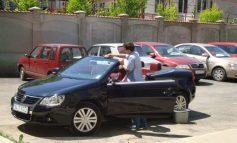 Din maşina asta îi sfidează directoarea Casei de Pensii, Ana Denis Aramă, pe amărîţii de pensionari