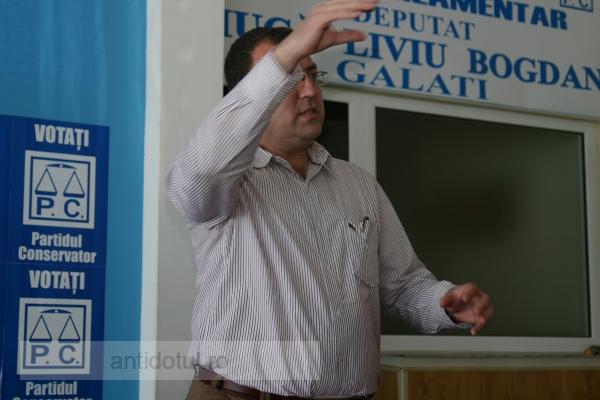 Răzvan Avram – un director care atunci cînd e dat afară pe ușă, intră înapoi pe geam