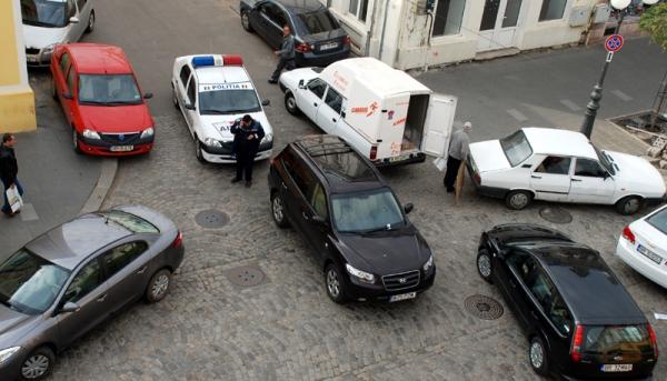 Manelistele de profesie notar din comuna Brăila își parchează jeep-urile ca pe căruțe: fix  în mijlocul uliței