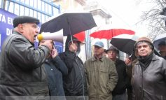 Mii de pensionari au înfruntat ploaia protestînd împotriva guvernului