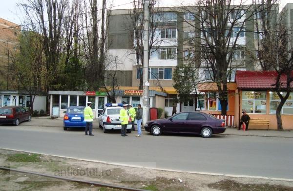 Trei polițiști locali pîndesc din boscheți o stație de autobuz din Galați