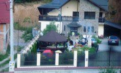 Poză cu mafioți români, în vila lor, la un grătar