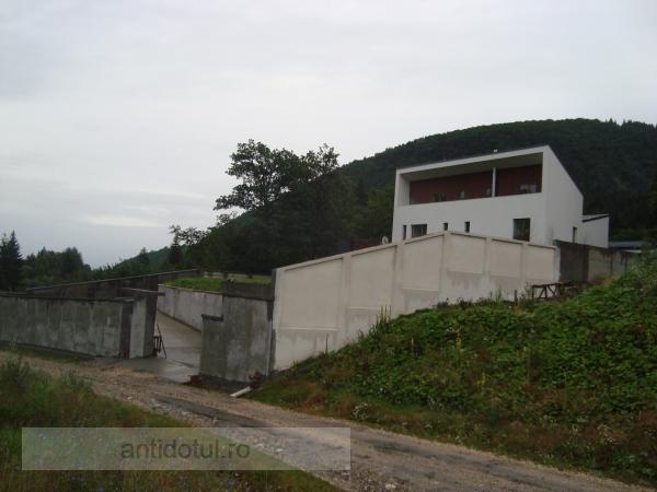 Vilă de neam prost, cu zid chinezesc în loc de gard