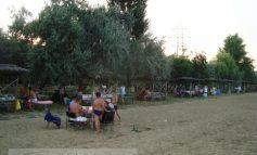 Plaja Brateș: mulți maneliști cocliți și tone de pămînt în loc de nisip