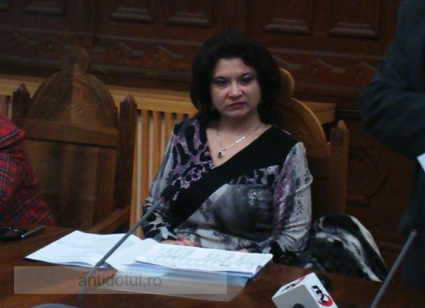 S-a dărîmat șifonierul peste directoarea Carmen Hanțațuc