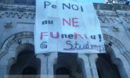 Studenții au mottotolit cearceaful pe Universitate