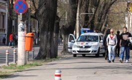Mașină de poliție sprijinind teii fără soț