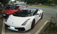 Lamborghini parcat în Țiglina, vizavi de Orange
