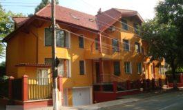 Vila lui Ninel Comșa e atît de mare încît este prevăzută cu semne de circulație
