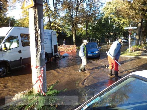 Două conducte s-au spart pe strada Aurel Vlaicu: una de apă și alta cu proști