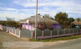Un țăran din Galați și-a văruit casa în mov (foto)