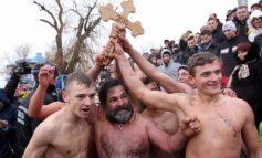 Pentru proștii care sar în Dunăre, de Bobotează: crucea se face, nu se prinde!