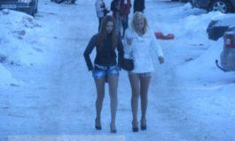 Poză cu două pițipoance pe tocuri și în pantaloni scurți, iarna pe pîrtie