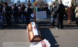 Protestatarii gălățeni, plimbați pentru a nu da nas în nas cu autoritățile