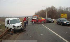 Accident pe digul Galați - Brăila: un taxi a fost făcut zob de o dubiță (foto)