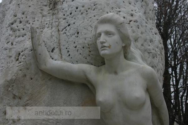 Cîte curve au stat, azi, lîngă statuia lui Eminescu?