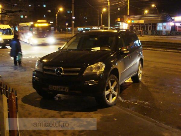 Miliardarul Victor Pavel, amendat că și-a parcat aiurea basculanta Mercedes