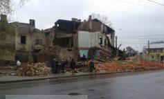 Peste 30 de țigani devastează chiar acum un imobil de pe str. Eroilor (video)
