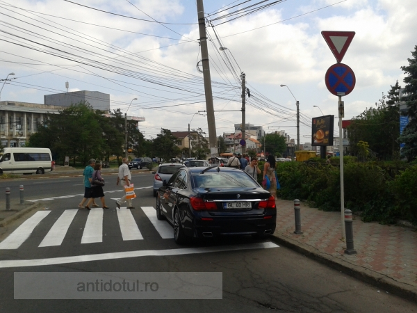 Culmea nesimțirii: priviți în ce hal și-a parcat un gălățean limuzina BMW