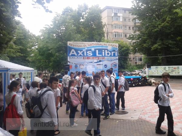Elevi aduși cu japca de la școală pentru a aplauda la Festivalul Axis Libri