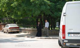 L-am surprins pe Casian cum făcea trotuarul în așteptarea lui Liviu Dragnea