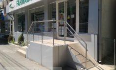 Niște handicapați de la o farmacie din Galați (foto)