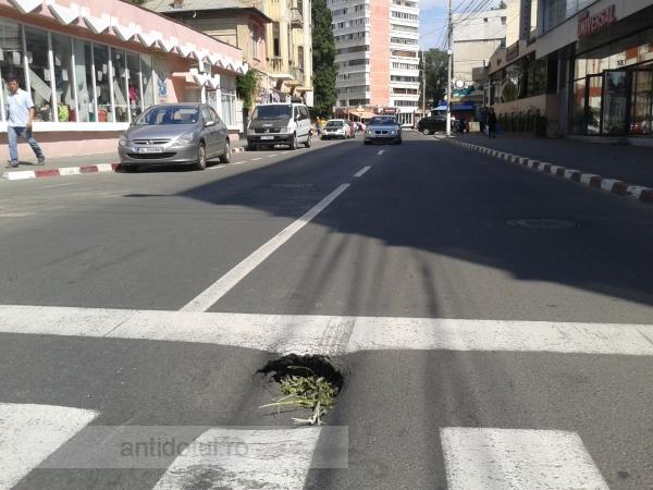Str. Bălcescu – încă o arteră renovată anul trecut care se scufundă (foto)