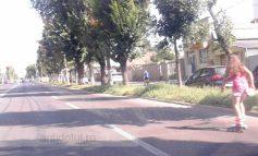Tînără și proastă: o rolleriță se dă cu patinele pe b-dul Coșbuc (foto)