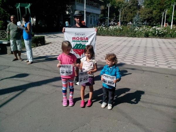 La Galați, protestul pentru Roșia Montană a adunat trei copii și doi adulți