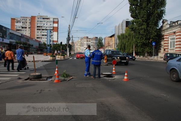 Canalizările ne-peticite de pe strada Brăilei împlinesc azi o săptămînă de existență