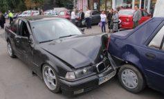 Un BMW s-a făcut zob după ce a intrat în curul unei Dacia Solenza (foto)