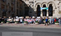 Protest idiot la Universitate. Ajutați-l pe Lăbuș să moară de bătrînețe pe străzi!