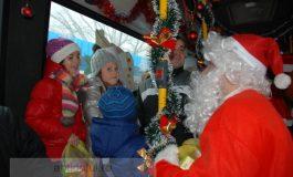 """Micuții l-au prins la îngrămădeală pe Moș Crăciun, pe traseul 102, și l-au """"controlat"""" de dulciuri"""