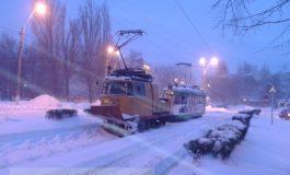 Tramvaiele Transurb sînt blocate în zăpadă. Lumea stă degeaba în stații