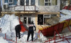 Barul unui interlop din Galați s-a prăbușit sub greutatea munților de zăpadă (foto)