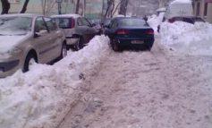 Șmecher de Centru: a parcat mașina în mijlocul străzii