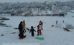 O pîrtie de săniuș în Noul Galați, cu zăpadă artificială