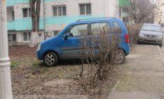"""""""Căruțașii"""" din Centru parchează pe spațiul verde din fața blocului"""