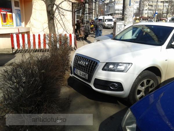 Un proprietar de Audi Q7, din Galați, și-a cumpărat trotuar (foto)