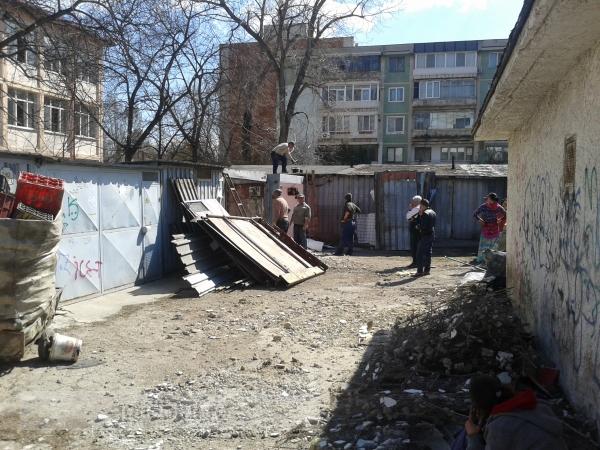 Lacrimi și înjurături: oamenii au început să își dărîme garajele din Mazepa 1 (foto)