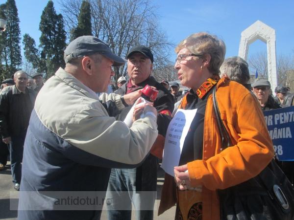 Îmbrînceli, circ și înjurături, la protestul pensionarilor de la Prefectură