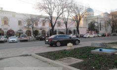 BMW-ul lu domn primar, parcat vizavi de cîrciuma nevestii, pe trotuar