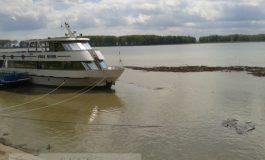 Duios Dunărea jegoasă trecea astăzi pe lîngă vaporașul Vega 93 (foto)