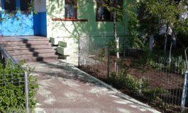 """Un țărănoi din Galați și-a văruit """"balconul"""" și a mai rămas cu un pic de var (foto)"""