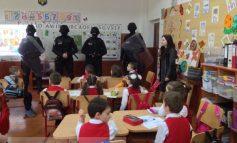Polițiștii locali și-au etalat pulanele în fața unor minori