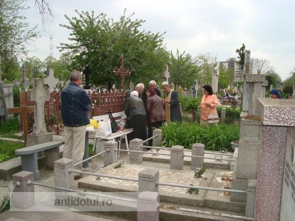 Cresc tarifele în cimitirele gălățene. Recordul îl deține așa numita taxa de tămîiat la mormînt