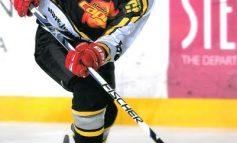 Gălățeanul Dragoș Petrica, de 14 ani, a uimit Austria jucînd hochei cu mîna ruptă